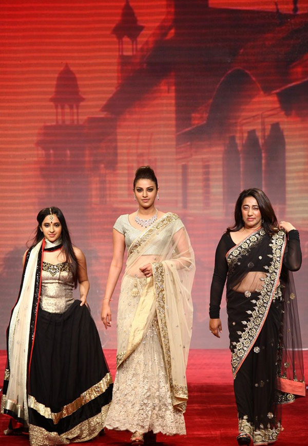 Akansha_Anushka_and_Anu_Ranjan_at_IIJW