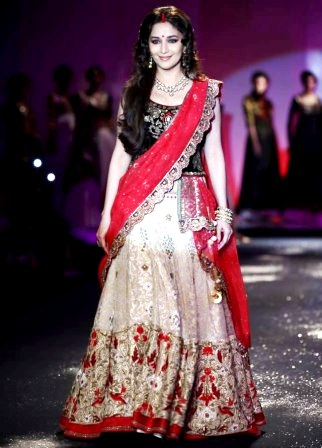 Madhuri_at_Delhi_Couture_Week_2012